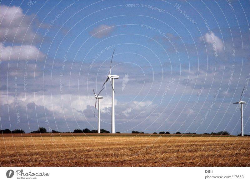 Windräder Windkraftanlage Ackerbau Kornfeld Ebene