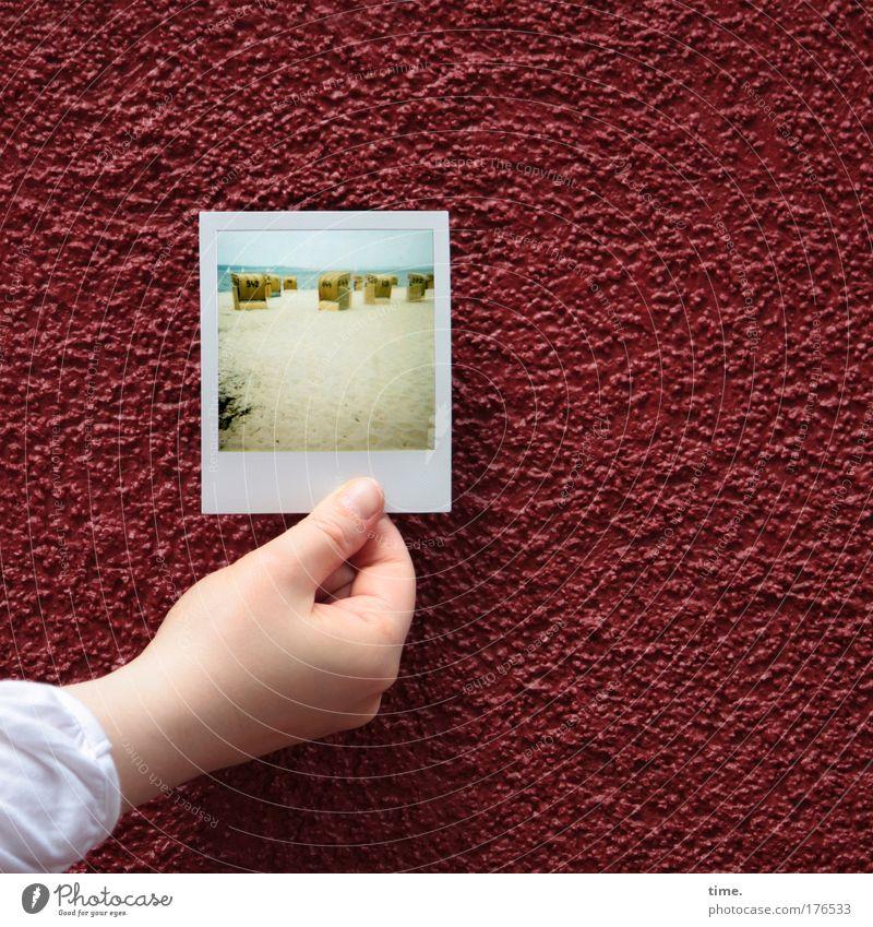 [KI09.1] - Die Mauer muss weg! Polaroid Kontrast Strand Hand Kunstwerk Sand Beton rot Wand Putz Bild Strandkorb Gegenteil Bild-im-Bild Mauern zu Strrandkörben