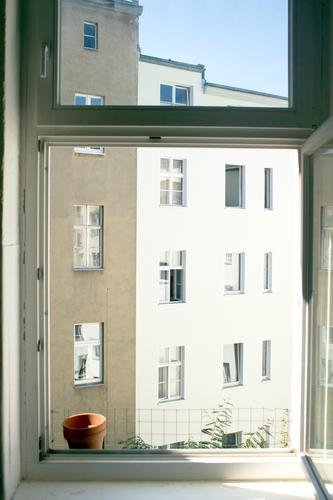 Live View Stadt Sommer Sonne Haus Fenster Berlin Fassade Stadtleben Wohnung Textfreiraum Luft offen Aussicht direkt Fensterblick Hinterhof