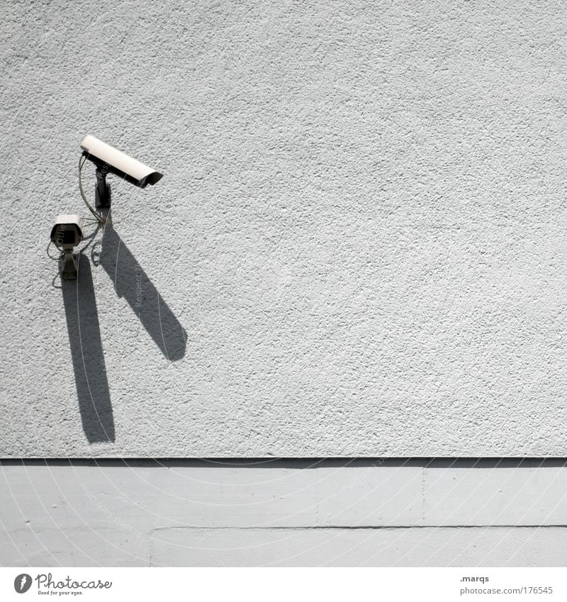 C U Außenaufnahme Textfreiraum rechts Videokamera Überwachungskamera 2 Mensch Gebäude beobachten Kommunizieren Blick Sicherheit Wachsamkeit Angst Kontrolle