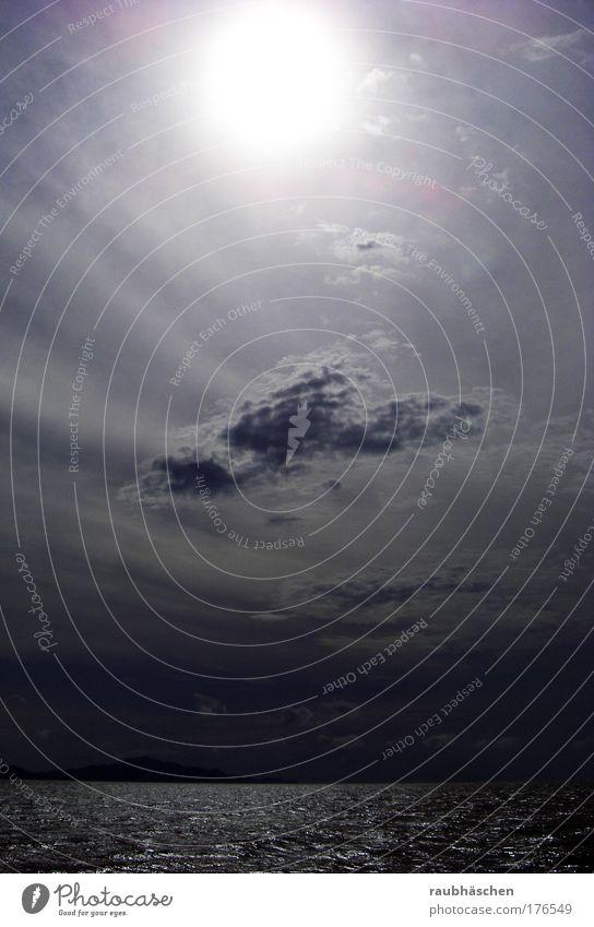 Licht in Sicht Wasser Sonne Meer blau Sommer Wolken dunkel Gefühle Unendlichkeit Fernweh Inspiration Indischer Ozean An Bord