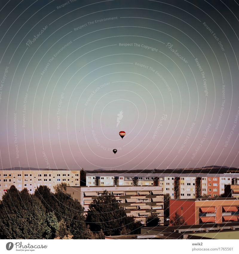 Weitblick Wolkenloser Himmel Horizont Klima Schönes Wetter Baum Bautzen Deutschland Lausitz Kleinstadt Stadtrand bevölkert Haus Gebäude Fassade Balkon Fenster