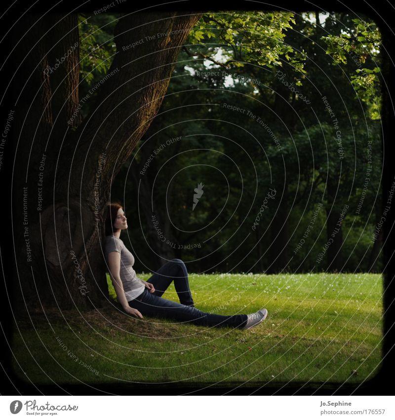 lonesome day Mensch Natur Jugendliche grün Baum Einsamkeit ruhig Erholung Erwachsene Junge Frau Umwelt Wiese feminin Denken 18-30 Jahre träumen