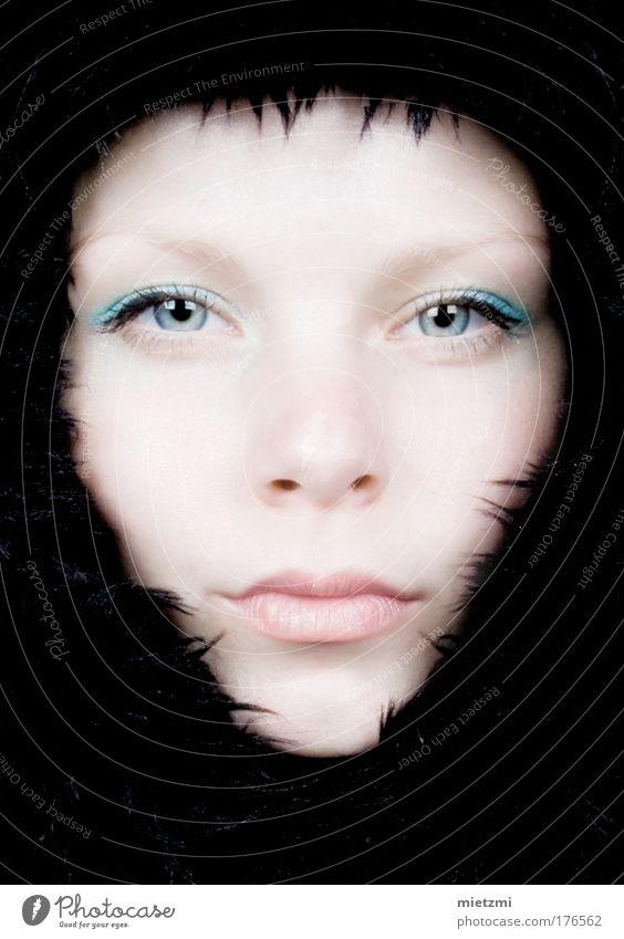 B L A C K F R O S T Jugendliche schön Gesicht schwarz Auge kalt feminin Haare & Frisuren Kopf Mund Erwachsene Beautyfotografie Frost Fell Blitzlichtaufnahme Pelzware