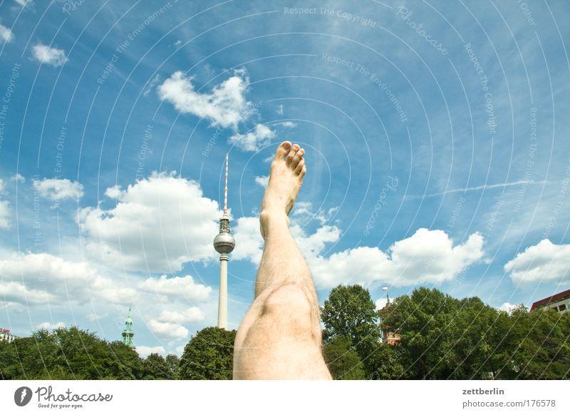 Ein Turm, ein Bein Himmel Ferien & Urlaub & Reisen Sommer Berlin Beine Fuß Hauptstadt Textfreiraum Zehen Berliner Fernsehturm Alexanderplatz strecken