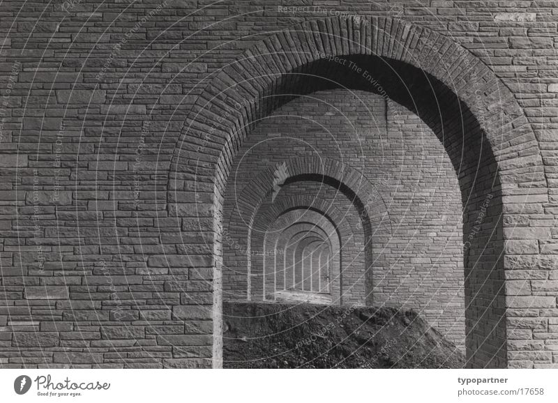 unter der Autobahn Mauer historisch tief Bogen