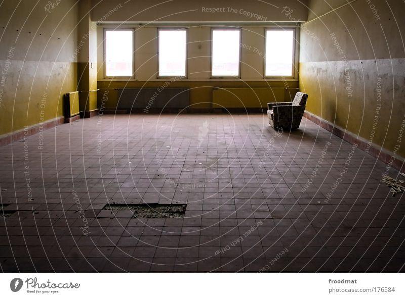 wohnzimmer ruhig Einsamkeit dunkel kalt Fenster Architektur Zufriedenheit dreckig leuchten Vergänglichkeit verfallen Fliesen u. Kacheln Umzug (Wohnungswechsel) Vergangenheit Ruine Zukunftsangst