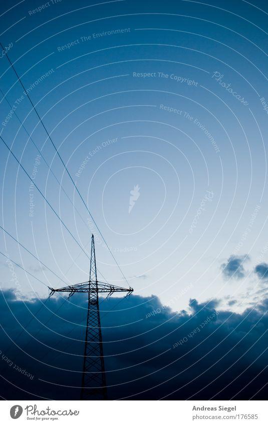 Strom ist blau Farbfoto Außenaufnahme Menschenleer Textfreiraum oben Textfreiraum Mitte Tag Kontrast Sonnenlicht Technik & Technologie Energiewirtschaft Umwelt