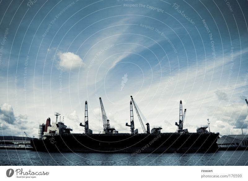 vor großer fahrt Himmel Wasser Meer dunkel Wasserfahrzeug warten Verkehr groß Industrie bedrohlich Güterverkehr & Logistik Hafen Schifffahrt Anlegestelle Handel Kran