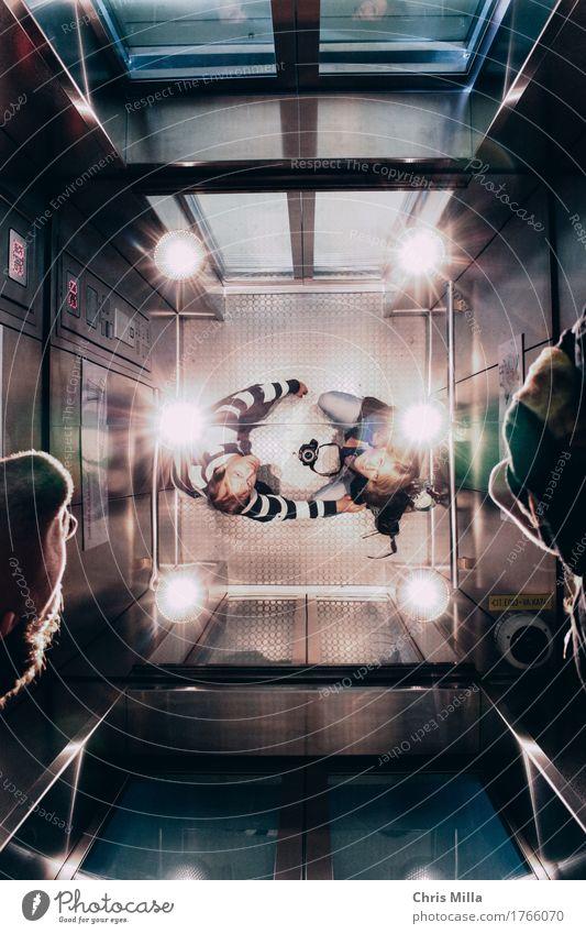 Life Paar 2 Mensch 30-45 Jahre Erwachsene Fahrstuhl Bekleidung Schuhe brünett beobachten berühren Denken fahren fallen fangen festhalten hocken knien Lächeln