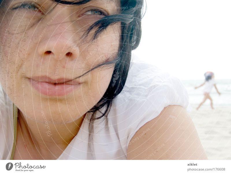 Mensch Natur Jugendliche Wasser schön weiß Sonne Sommer Freude Strand ruhig feminin Freiheit Kopf Sand Wellen