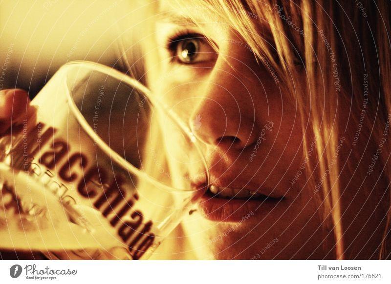 latte. Mensch Jugendliche Kaffee rot gelb feminin Haare & Frisuren Erwachsene Glas Lebensmittel Getränk trinken langhaarig rothaarig Junge Frau
