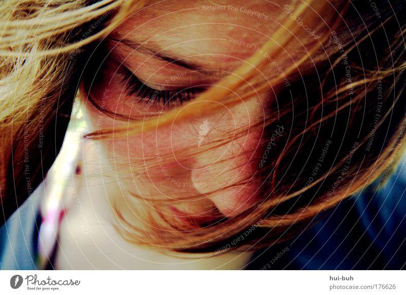 Mit dir zu Alice Farbfoto Außenaufnahme Schwache Tiefenschärfe Porträt Blick nach unten Wegsehen Junge Frau Jugendliche Kopf Gefühle Traurigkeit Sorge Trauer