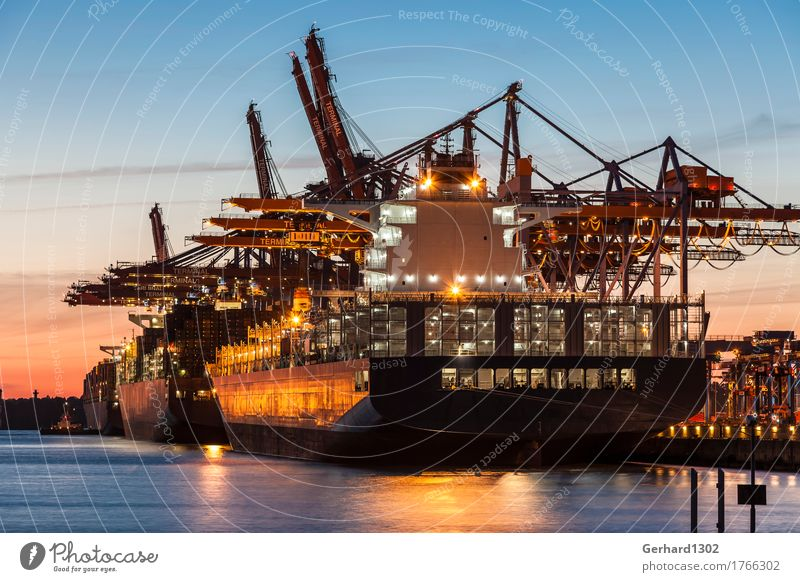Containerschiff in Hamburg beim Laden bei Nacht Industrie Wasser Nachthimmel Sonnenaufgang Sonnenuntergang Schönes Wetter Hafenstadt Industrieanlage