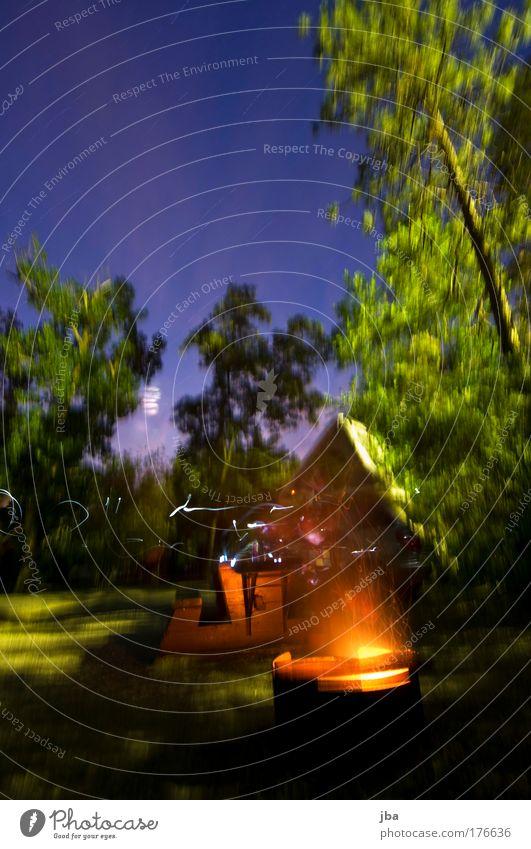 ausklingen lassen II Farbfoto Außenaufnahme Nacht Langzeitbelichtung Ferien & Urlaub & Reisen Ausflug Camping Umwelt Feuer Himmel Baum Feuerstelle Unschärfe