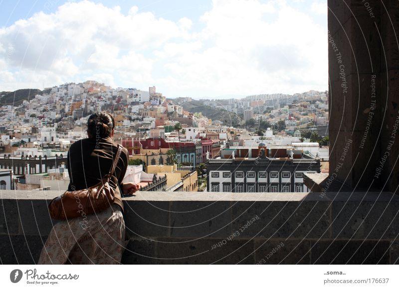 Las Palmas Farbfoto Außenaufnahme Tag Städtereise Frau Erwachsene 1 Mensch Las Palmas de Gran Canaria Spanien Hafenstadt Architektur Denken entdecken Erholung