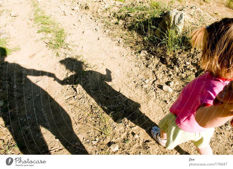 Sicherheit Farbfoto Textfreiraum oben Tag Schatten Kontrast Silhouette Vogelperspektive Blick nach unten Wegsehen Spaziergang Ausflug Sommer Kindererziehung