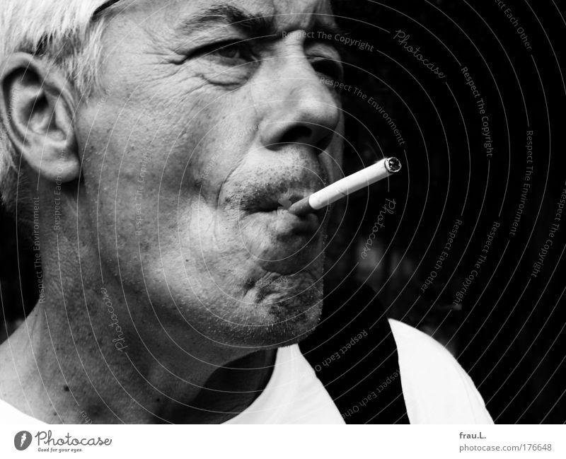 Extremrauchen Schwarzweißfoto Außenaufnahme Tag Schwache Tiefenschärfe Porträt Wegsehen Freizeit & Hobby Ausflug Sommer Mensch maskulin Mann Erwachsene Leben