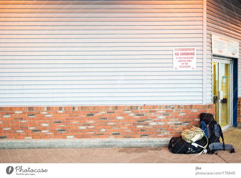 einsam zurück Sommer Ferien & Urlaub & Reisen Haus Ferne Wand Stein Mauer Linie warten wandern Tür Beton Fassade Tourismus Dorf Bahnhof