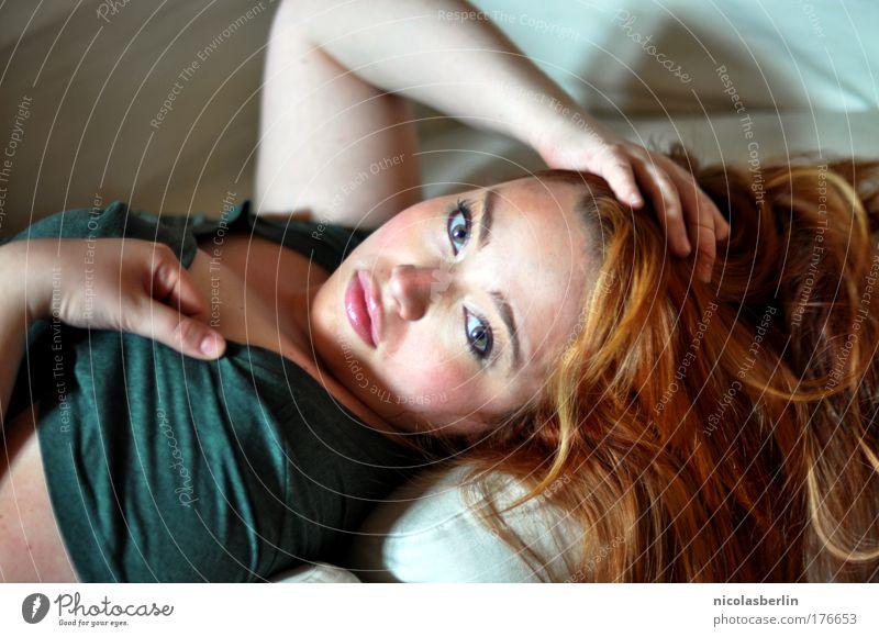 Baby Baby Baby Mensch Jugendliche schön rot Freude Erwachsene Auge feminin Haare & Frisuren Mode Arme glänzend 18-30 Jahre Neugier Brust Leidenschaft