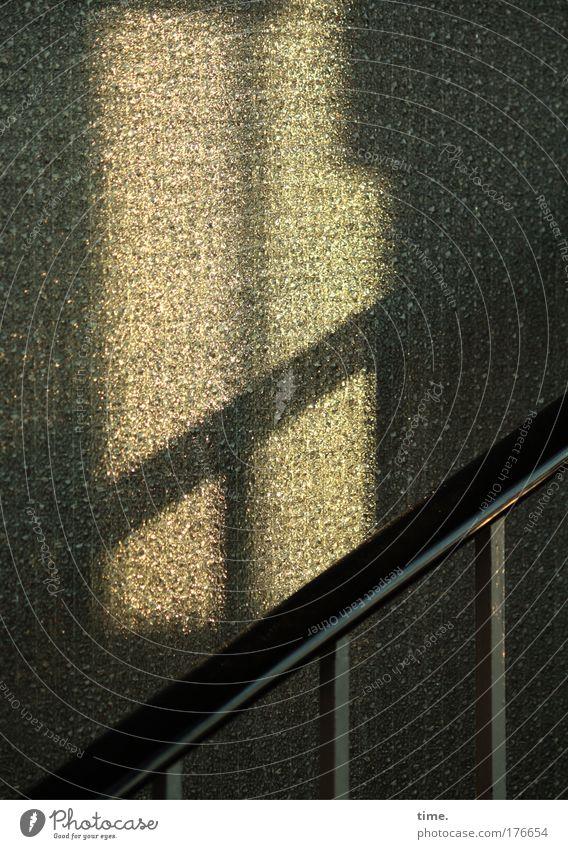 Treppenhaus am Abend ruhig Einsamkeit aufwärts diagonal Treppengeländer