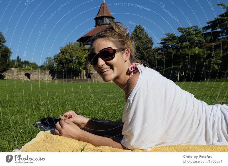 chris_by_fotoart Mensch Frau Jugendliche Sommer schön Junge Frau Erholung 18-30 Jahre Erwachsene natürlich feminin lachen Glück Park Zufriedenheit liegen