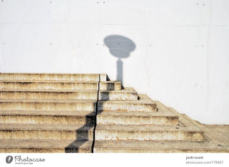 Eine Kreuzung von Beton mit Schatten Umwelt Mauer Treppe eckig einfach modern Ecke dreckig aufwärts abwärts Schattenspiel Gedeckte Farben Detailaufnahme