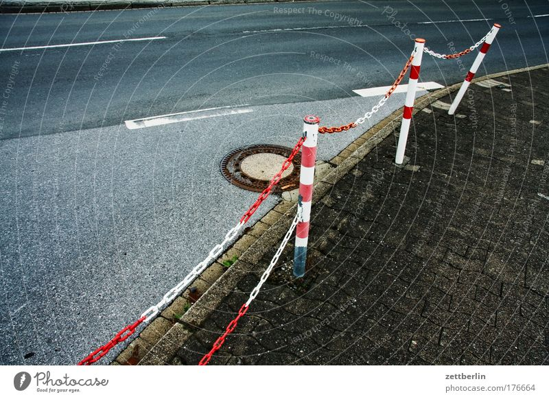 Kurve Straße Straßenverkehr Verkehr leer Asphalt Grenze Bürgersteig Fußweg Kurve Kette ausdruckslos Gully Orientierung Bordsteinkante Regel Textfreiraum