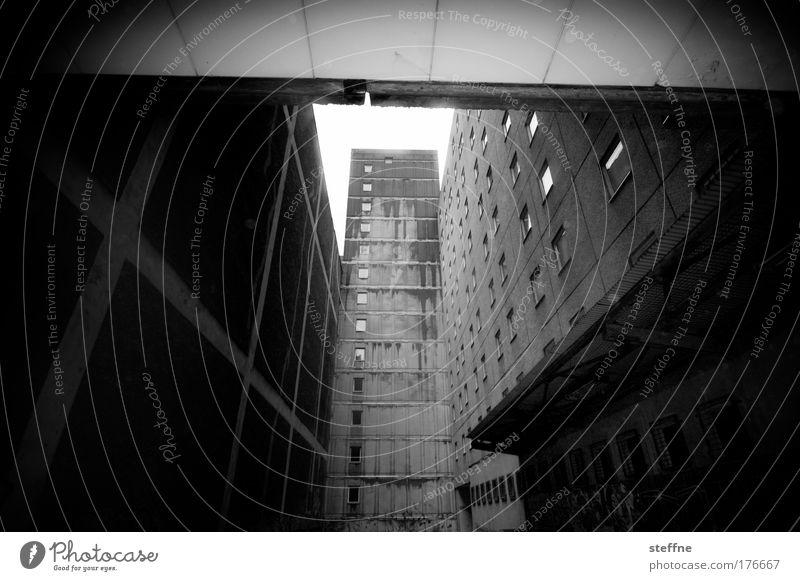 Ghetto Schwarzweißfoto Außenaufnahme Menschenleer Schatten Kontrast Starke Tiefenschärfe Weitwinkel Berlin-Mitte Hochhaus Plattenbau Mauer Wand Fassade Fenster