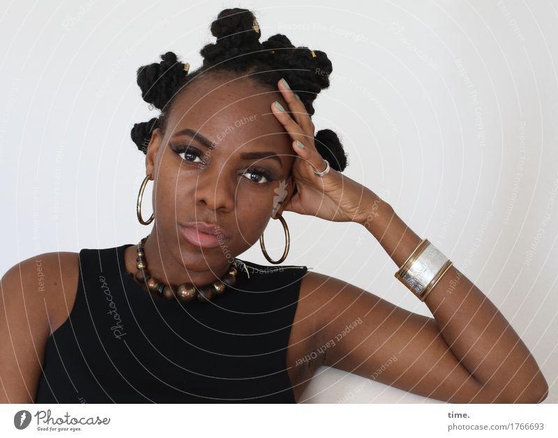 . feminin Frau Erwachsene 1 Mensch T-Shirt Schmuck Ohrringe Haare & Frisuren langhaarig Afro-Look beobachten Denken Blick warten außergewöhnlich schön