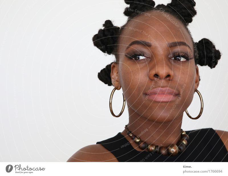 . feminin Frau Erwachsene 1 Mensch T-Shirt Schmuck Ohrringe Halskette Haare & Frisuren schwarzhaarig Locken Afro-Look beobachten Denken Blick warten