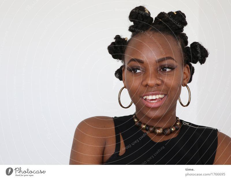 . feminin Frau Erwachsene 1 Mensch Kleid Schmuck Ohrringe Halskette Haare & Frisuren schwarzhaarig kurzhaarig Afro-Look beobachten Lächeln lachen Blick warten