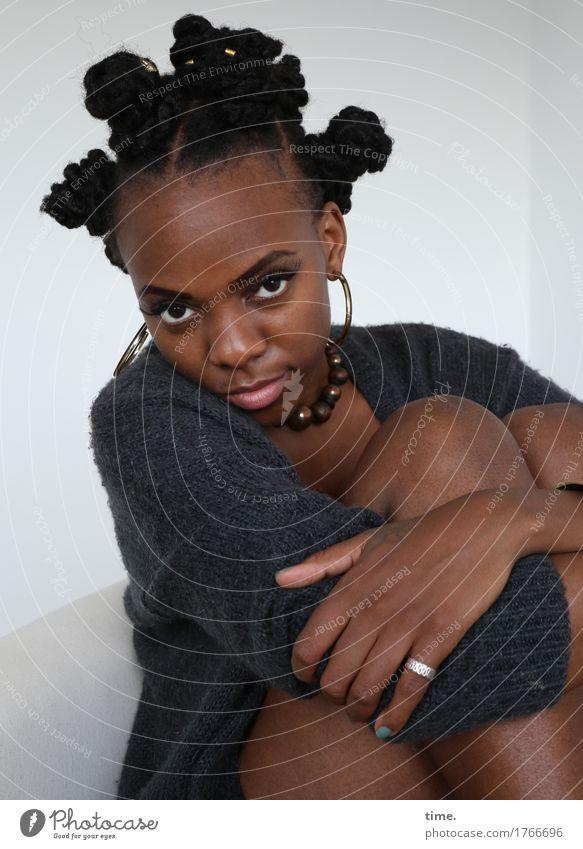 Tash feminin 1 Mensch Jacke Schmuck Ring Ohrringe Haare & Frisuren schwarzhaarig kurzhaarig beobachten Denken festhalten Blick warten schön selbstbewußt