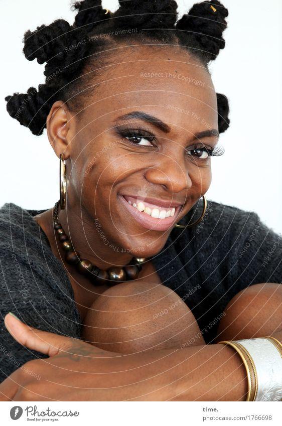 . Mensch schön feminin lachen Haare & Frisuren Lächeln beobachten festhalten Schmuck schwarzhaarig Ohrringe Afro-Look Armreif