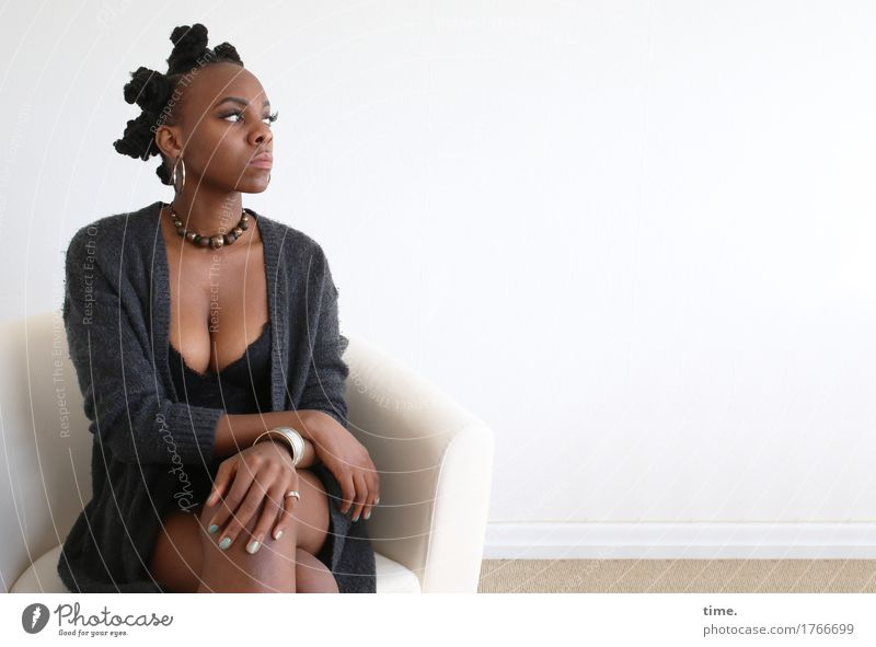 Tash Sessel feminin 1 Mensch Jacke Schmuck Ohrringe Halskette Armreif beobachten Blick sitzen warten schön selbstbewußt Coolness Willensstärke Wachsamkeit
