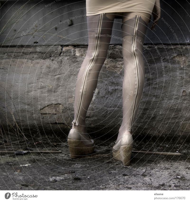 PRAGER BEKANNTSCHAFT Frau Mensch Erwachsene feminin Leben Beine Mode Arbeit & Erwerbstätigkeit Haut außergewöhnlich stehen Lifestyle retro Gesäß Kitsch heiß