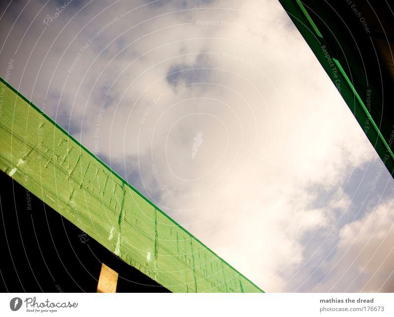 BLICK NACH OBEN Himmel grün Sonne Wolken Wand Gebäude Mauer Linie Fassade ästhetisch Netz Terrasse Geometrie Gasse eckig