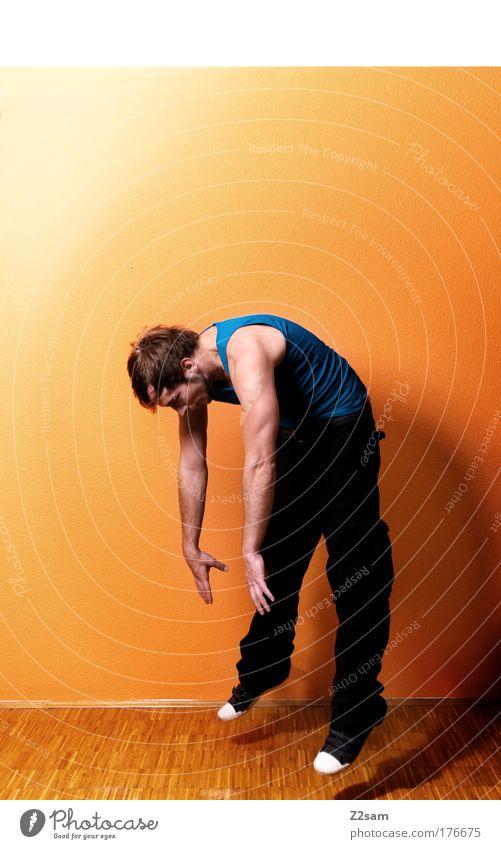 abgehoben Farbfoto Innenaufnahme Starke Tiefenschärfe Zentralperspektive Ganzkörperaufnahme Mensch maskulin 18-30 Jahre Jugendliche Erwachsene Haus Mauer Wand