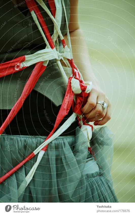 Gefangen im Wunderland Hand weiß rot Ferne feminin grau Traurigkeit Arme einzigartig Ring Bauch Kette gefangen Surrealismus Barriere Verbote
