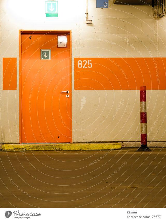 825 Farbfoto Parkhaus Verkehr Straße alt dunkel ruhig ästhetisch Tiefgarage Garage Tür Ausgang Eingang Pfosten Schilder & Markierungen Ziffern & Zahlen