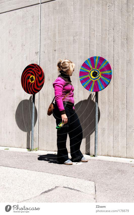 hypnotic Farbfoto Außenaufnahme Starke Tiefenschärfe Ganzkörperaufnahme Blick nach hinten feminin 18-30 Jahre Jugendliche Erwachsene Mauer Wand Mode Pullover