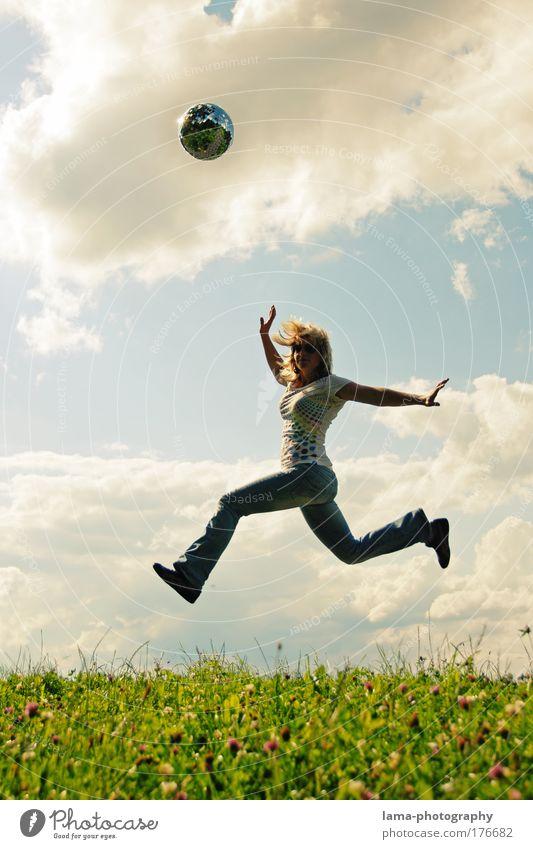 spring-time Mensch Natur Jugendliche Frau Sommer Freude Erwachsene Wiese Leben Landschaft feminin Freiheit lachen springen Frühling fliegen