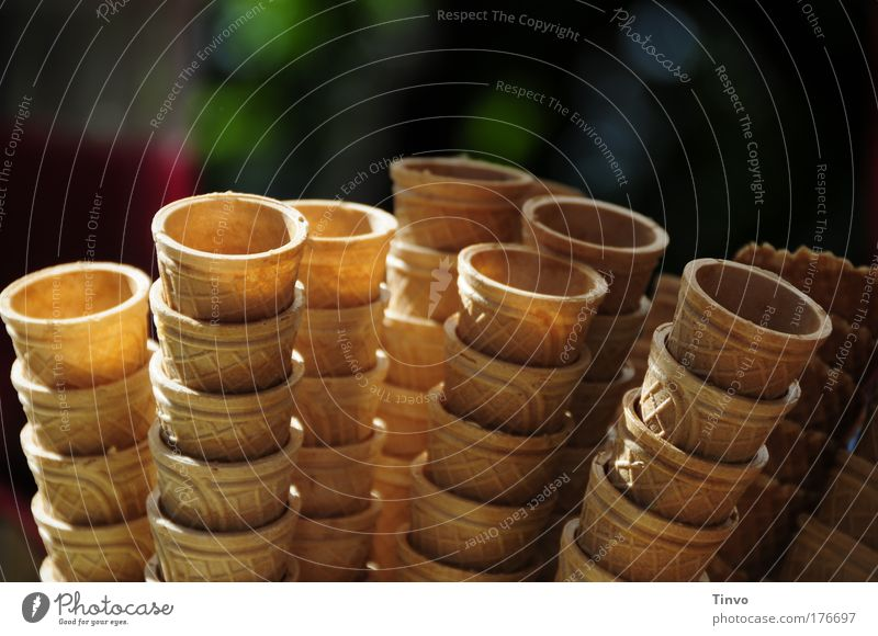 Eiswaffeln Farbfoto Außenaufnahme Nahaufnahme Textfreiraum oben Tag Licht Schatten Speiseeis Süßwaren Sommer Ernährung Stapel Spitztüte Waffel knusprig