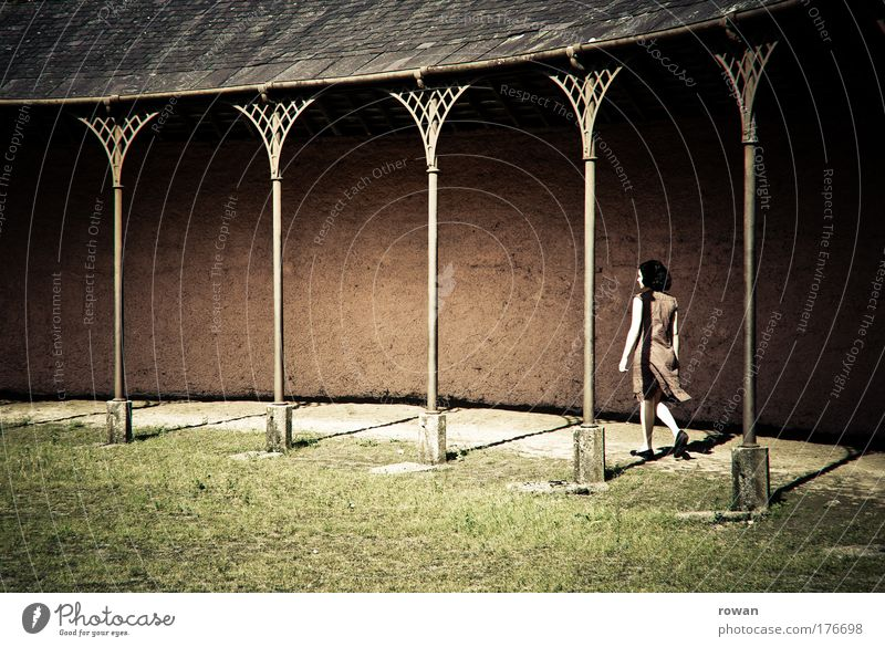 wandeln Frau Mensch Jugendliche Sonne rot ruhig Einsamkeit feminin Wand Gras Mauer Denken Wärme Zufriedenheit Architektur Erwachsene