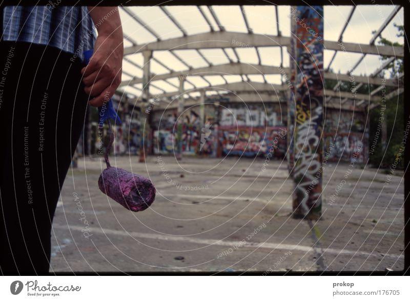 Puuuh... Farbfoto Außenaufnahme Tag Totale Rückansicht Mensch Hand Gesäß Beine warten authentisch dreckig Willensstärke Mut Tatkraft gewissenhaft geduldig