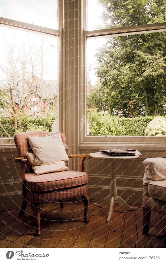 landhausidylle alt ruhig Haus Erholung Fenster Glück Möbel Wärme Zufriedenheit warten Häusliches Leben retro Stuhl weich Warmherzigkeit Idylle