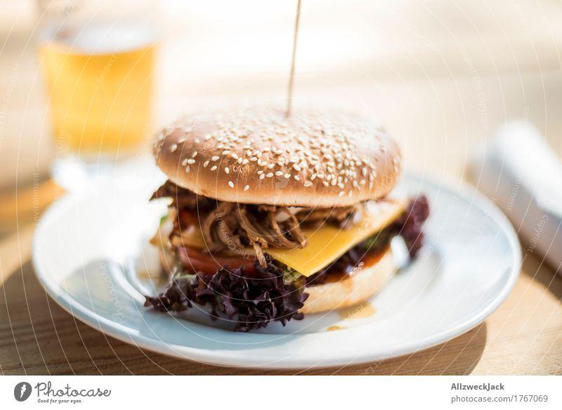 Burger & Beer 2 Lebensmittel Ernährung ästhetisch genießen einfach lecker trendy Bier Teller Fleisch Mahlzeit Alkohol Mittagessen Snack Hamburger Slowfood
