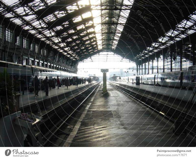 Falsches Gleis Verkehr Gleise Paris Bahnhof Lagerhalle Schnellzug stagnierend