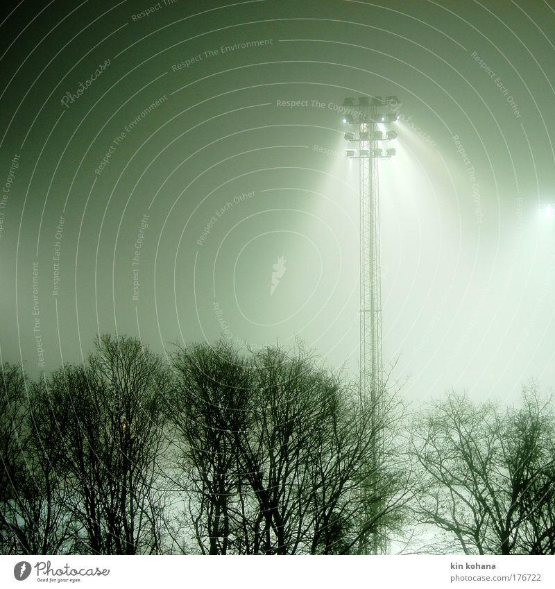 flutlicht _ 02 Farbfoto Außenaufnahme Nacht Licht Schatten Silhouette Stadion Winter Nebel Menschenleer Einsamkeit Vergänglichkeit Stockholm Schweden diffus