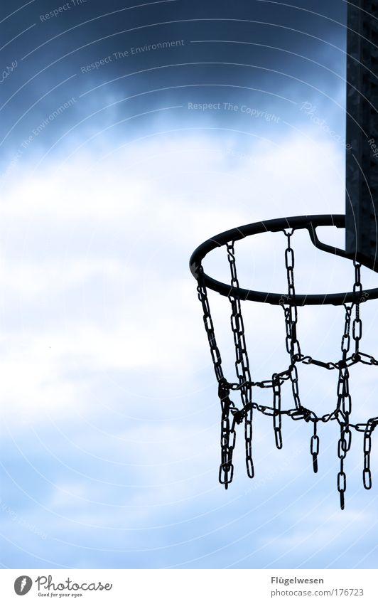 Wie ein Korb zählt zwei? Himmel Sport Spielen Freizeit & Hobby Lifestyle Ball Konzentration trendy Kontrolle Begeisterung Sportler Vorfreude Basketball